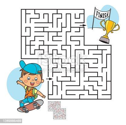 Feliz criança andando de skate lá fora. Labirinto