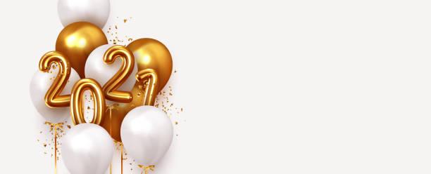 ilustrações, clipart, desenhos animados e ícones de feliz ano novo 2021. ouro realista e balões brancos. números metálicos de design de fundo datam de 2021 e baile de hélio na fita, confete brilhante brilhante. ilustração vetorial - new year