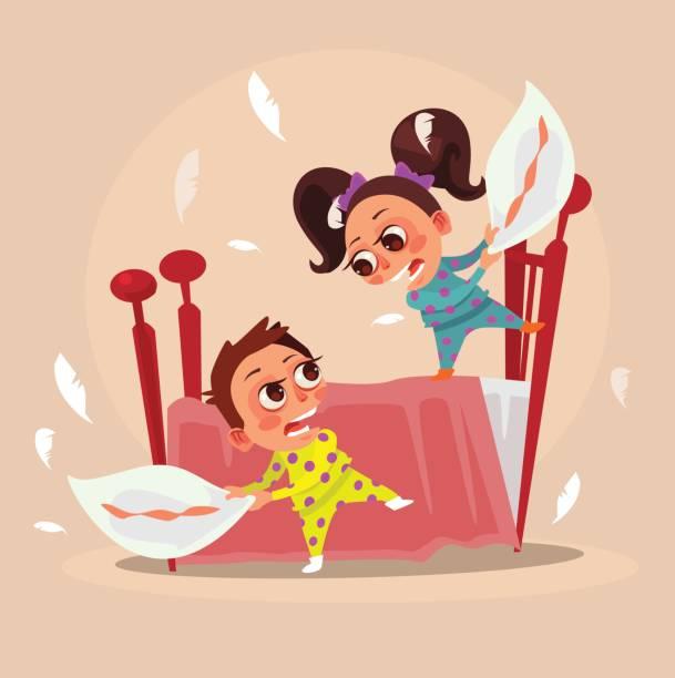 ilustraciones, imágenes clip art, dibujos animados e iconos de stock de feliz sonriente pequeño niños hermano chico y su hermana chica personajes luchan con almohadas - hermano