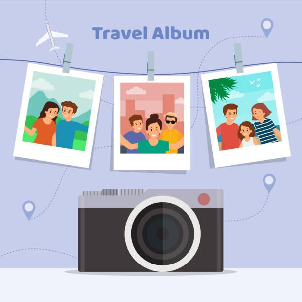 ハッピーバケーションコンセプト。レトロなカメラとランドマークと抽象的な背景に休暇から幸せな家族の旅行アルバム。フラットスタイル。ベクトルのイラスト - 家族写真点のイラスト素材/クリップアート素材/マンガ素材/アイコン素材