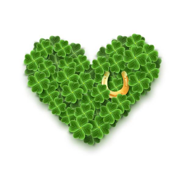 Ein Herz gefüllt mit Realistic Clover Blättern, Gold Horseshoe für St. Patricks Day Urlaub. Shamrock Gras-Symbol. Glückliche Blume für irisches Festival. Schottisches Dekor isoliert auf weiß. – Vektorgrafik