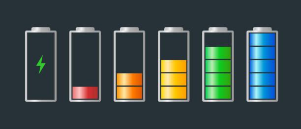 높은 전력에서 낮은 전력 의 타테리 충전 에너지 표시기 레벨 은 충전 아이콘으로 설정합니다. 빨간색 주황색 노란색 파란색 단계 원통 기호를 나타내는 전체 배터리에 비어 있습니다. 벡터 배� - 낮음 stock illustrations