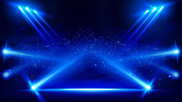 Beleuchtete Bühne mit szenischen Lichtern und Rauch. Blauer Vektorstrahler mit Rauchvolumen-Lichteffekt auf schwarzem Hintergrund. Stadion Trübung Projektor. Nebel-Show-Raum. Vektor. – Vektorgrafik