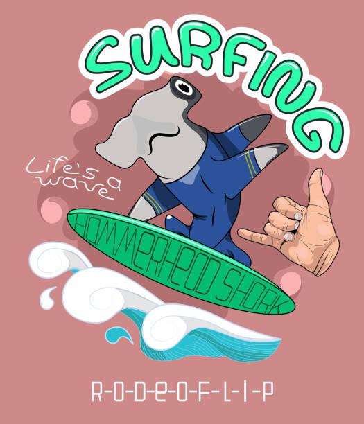 形象為 t恤衫, 服裝, 海報, 明信片, 貼紙, 列印。錘頭鯊魚飆網者。手與手勢 Shaka 歡呼。向量藝術插圖