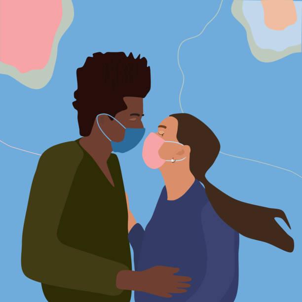 interrassische beziehung. paar küssen mit gesichtsmasken, halten einander. coronavirus-konzept der zweiten welle auf abstraktem hintergrund. - ffp2 maske stock-grafiken, -clipart, -cartoons und -symbole