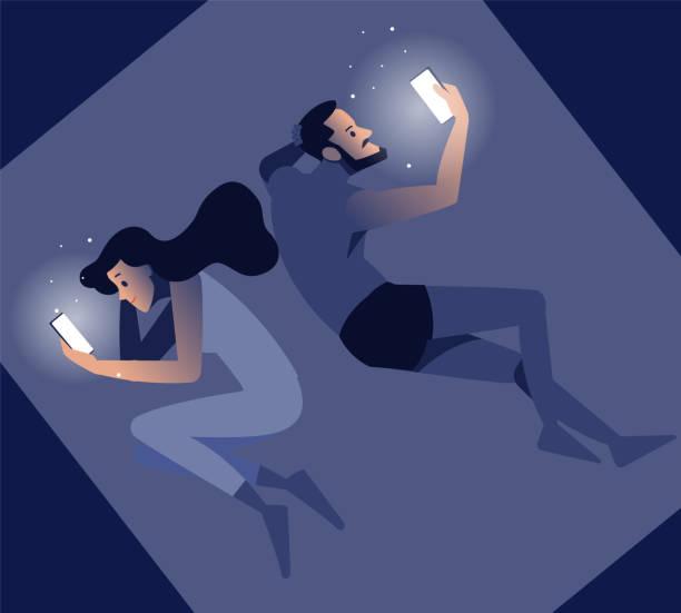 親密な問題の図。スマートフォンを使ってベッドに横たわっている怒っているカップル。インターネット、コミュニケーション、人々のコンセプト - スマートフォンを持つ若い男と女の子と� - スマホ ベッド点のイラスト素材/クリップアート素材/マンガ素材/アイコン素材
