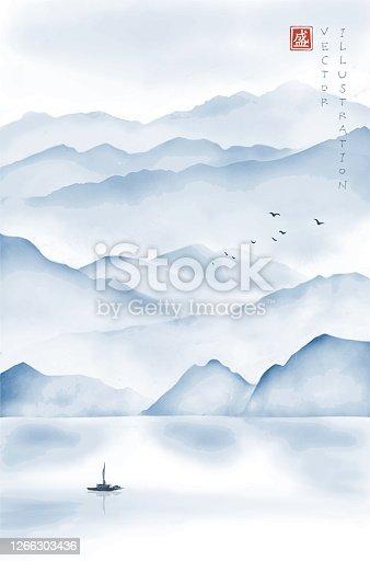 Paisaje con montañas brumosas, barco de pesca y bandada de aves. Pintura de tinta oriental tradicional sumi-e, u-sin, go-hua. Jerofoféglifo - flor.