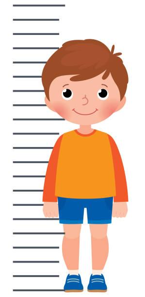 stockillustraties, clipart, cartoons en iconen met kleine jongen is het meten van de groei op de achtergrond meten schaal - lang lengte