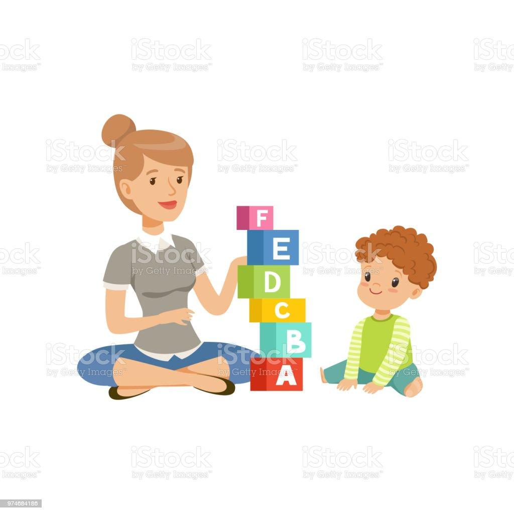 Kleiner Junge auf dem Boden sitzen und spielen mit Abc-Würfel mit seinem Lehrer, vorschulische Bildung Konzept Vektor Illustration auf weißem Hintergrund – Vektorgrafik