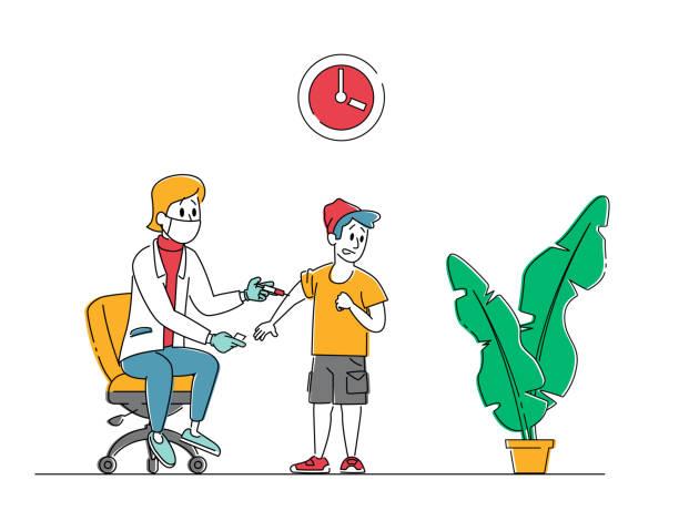 illustrations, cliparts, dessins animés et icônes de peu de patients se larquent à l'hôpital. vaccination des enfants, procédure de vaccination. personnage de docteur féminin mettre l'injection à l'enfant. medic shoot medicine in boy shoulder. illustration linéaire de vecteur de peuple - vaccin enfant