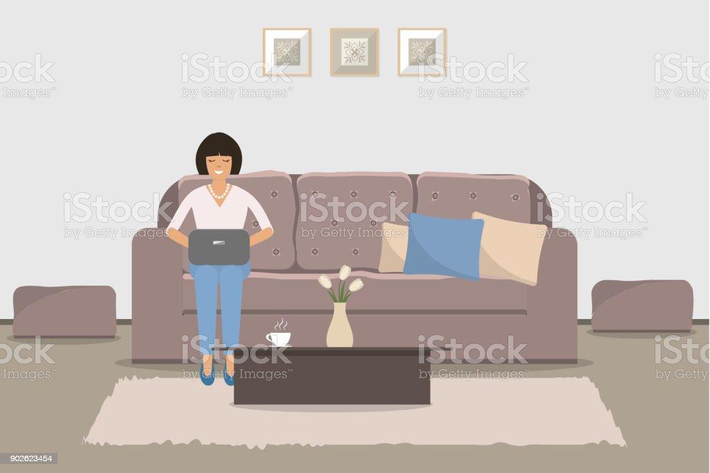 Wohnzimmer Mit Braunen Möbeln. Eine Junge Frau Sitzt Auf Dem Sofa Mit Einem  Laptop Lizenzfreies