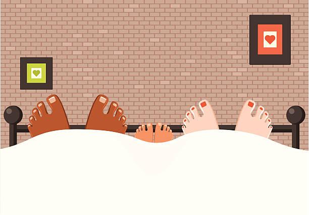 liebevoll interracial familie füße im bett - möbelfüße stock-grafiken, -clipart, -cartoons und -symbole