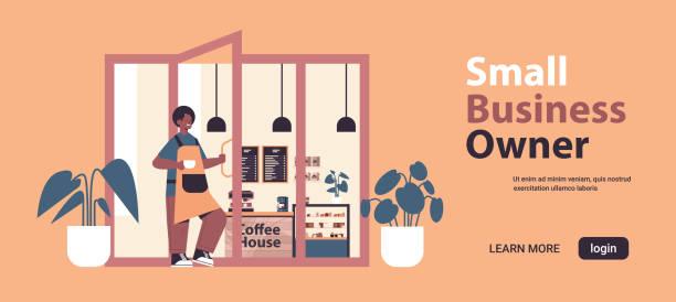 ilustraciones, imágenes clip art, dibujos animados e iconos de stock de barista masculino en uniforme trabajando en camarero moderno cafetería en delantal que sostiene puerta propietario de pequeñas empresas - small business