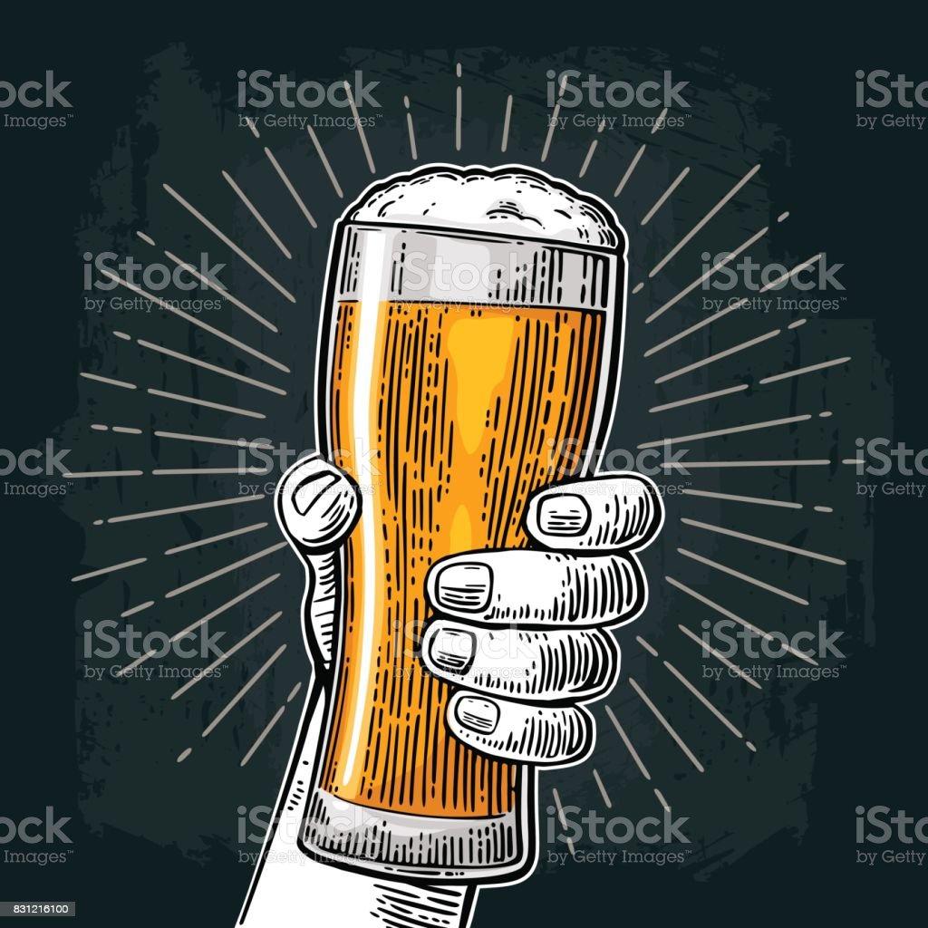 Mâle main tenant le verre de bière. Né à boire de la bière - clipart vectoriel de Bière libre de droits