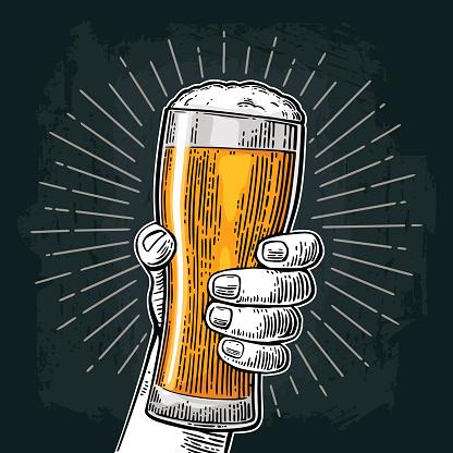 Mâle Main Tenant Le Verre De Bière Né À Boire De La Bière Vecteurs libres de droits et plus d'images vectorielles de Bière