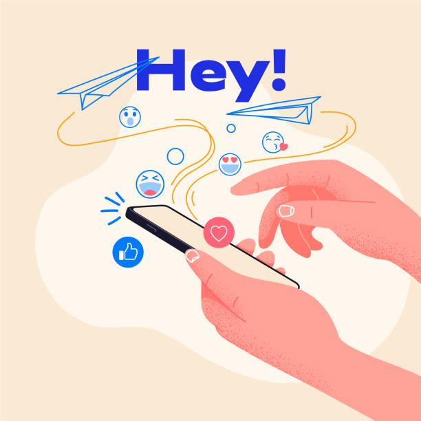 человек держит смартфон и вводит новое сообщение. отправить смайлики друзьям. векторная иллюстрация, идеально подходит для веб-сайтов и ст� - phone hand stock illustrations