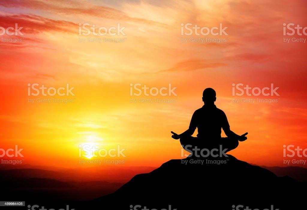 Mann meditates auf die wunderschönen Berge Sonnenuntergang. Lizenzfreies mann meditates auf die wunderschönen berge sonnenuntergang stock vektor art und mehr bilder von beleuchtet