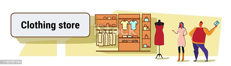 593cf2c35 950831502istock hombre mujer eligiendo nuevo vestido pareja de pie juntos  moda moderna tienda ropa femenina mercado