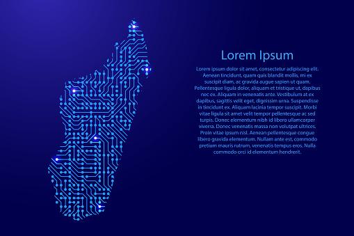 배너 포스터 인사말 카드에 대 한 윤곽선에 블루 스타 공간 인쇄 된 보드 칩 및 라디오 구성 요소에서 마다가스카르를 매핑하십시오 컴퓨터 전자 제품 프로세서 마더보드입니다 벡터 일러스 0명에 대한 스톡 벡터 아트 및 기타 이미지