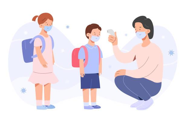 illustrations, cliparts, dessins animés et icônes de mesure de la température à la maternelle, les enfants debout en rangée, le concept de retour à l'école, la scolarisation après la pandémie de coronavirus, la température de mesure de nounou avec le thermomètre sans contact, les caractères - enfant masque