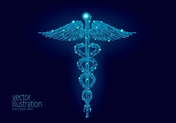 医療カドゥケウスのシンボル低ポリ モダンなデザイン。将来のイノベーション技術医学センター多角形三角形青光るサインです。ヘビと翼の抽象的なベクトル イラスト暗い背景 - ヘルメスの杖点のイラスト素材/クリップアート素材/マンガ素材/アイコン素材