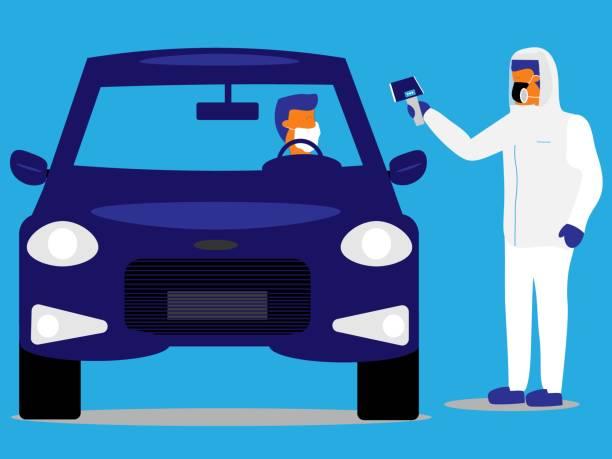 tıp uzmanı bir sürücü nün sıcaklığını bir sürücü test tesisinde alır. - covid testing stock illustrations