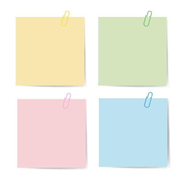 memo-papier mit büroklammer für büropapier. verschluss, büroklammer mit leerem notizpapier. anbringen von bindemitteln mit weißem notizblatt. satz von isolierten farbbüroklammer für text. clips und liste. vektor eps10 - post it stock-grafiken, -clipart, -cartoons und -symbole