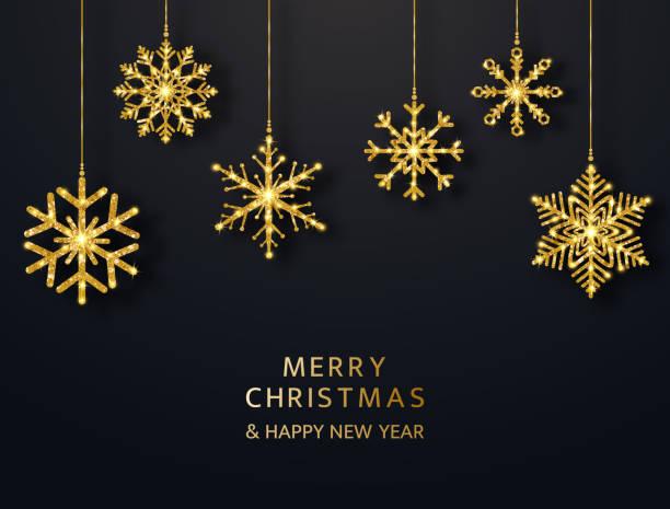 frohe weihnachten grußkarte mit hängenden glitzer schneeflocken. helle goldkugeln auf schwarzem hintergrund. luxuriöse urlaubsdesign-elemente. vektor-illustration - christmas decoration stock-grafiken, -clipart, -cartoons und -symbole