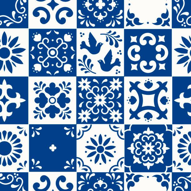 meksykański wzór talavera bez szwu. płytki ceramiczne z kwiatami, liśćmi i ornamentami ptaków w tradycyjnym stylu majoliki z puebla. meksyk kwiatowy mozaika w klasycznym niebiesko-białym. projektowanie sztuki ludowej. - kultura portugalska stock illustrations