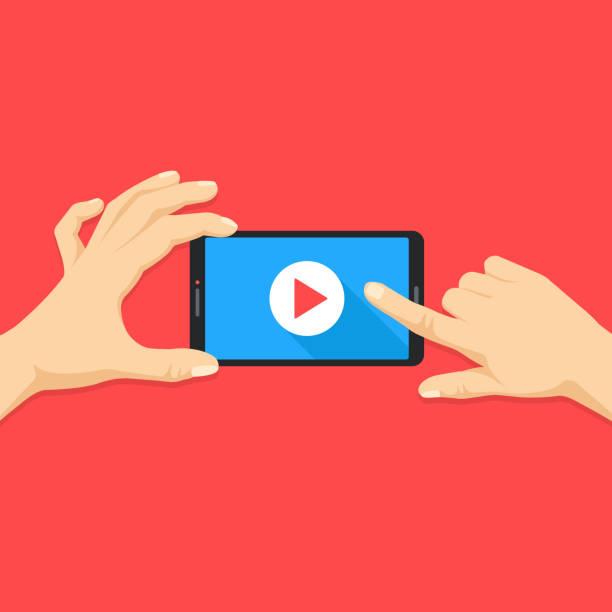 mobiles video. menschliche hände halten smartphone mit online-video-player auf dem bildschirm. handy mit play-taste. modernes flaches design. vektor-illustration - zusehen stock-grafiken, -clipart, -cartoons und -symbole