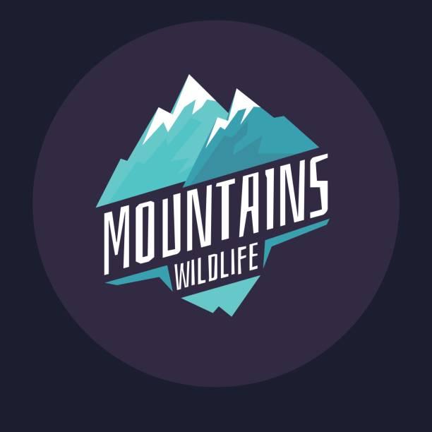 ilustraciones, imágenes clip art, dibujos animados e iconos de stock de montañas de emblema moderno con nieve en el círculo sobre un fondo oscuro - logotipos de investigación