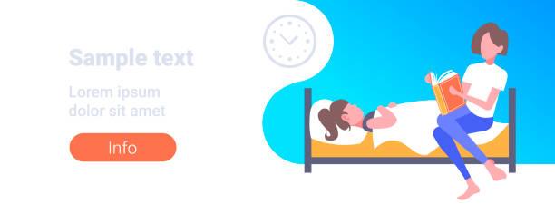 bildbanksillustrationer, clip art samt tecknat material och ikoner med mor läsa berättelse berättelse högt till dotter liggande i sängen kvinna förbereder unge för sömn sänggåendet konceptet modernt sovrum interiör full längd horisontellt utrymme - cosy pillows mother child