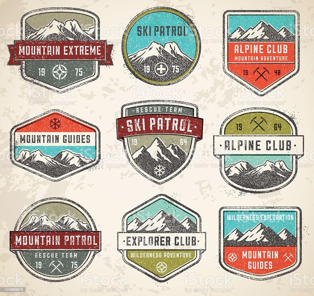 Colore vettore insignias montagna - illustrazione arte vettoriale