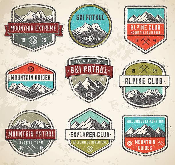 ilustrações, clipart, desenhos animados e ícones de montanhas cor vetor insígnias - escalada em rocha