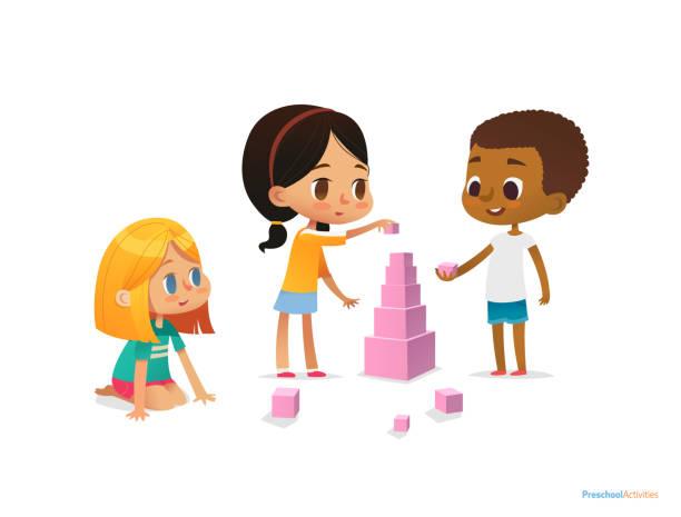 multirassische kinder bauen turm mit rosa blöcken. kinder spielen mit kit mit leuchtend farbigen würfeln. montessori-materialkonzept. vektorillustration für plakat, banner, website, flyer, werbung. - turm bauwerk stock-grafiken, -clipart, -cartoons und -symbole