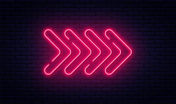 neonowy znak strzałki. świecący neonowy wskaźnik strzałki na tle ceglanej ściany. retro szyld z jasnymi neonowymi rurkami - neon stock illustrations