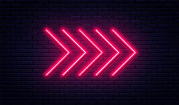 네온 화살표 기호입니다. 벽돌 벽 바탕에 빛나는 네온 화살표 포인터입니다. 밝은 네온 튜브와 함께 레트로 간판 - 형광 stock illustrations