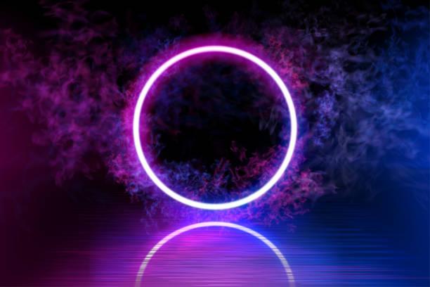 Neon Farbe geometrischen Kreis auf einem dunklen Hintergrund. Runde mystische Portal, leuchtende Linie, Neon-Zeichen. Reflektion von blauem und rosa Neonlicht auf dem Boden. Lichtstrahlen im Dunkeln, Rauch. Vektor. – Vektorgrafik