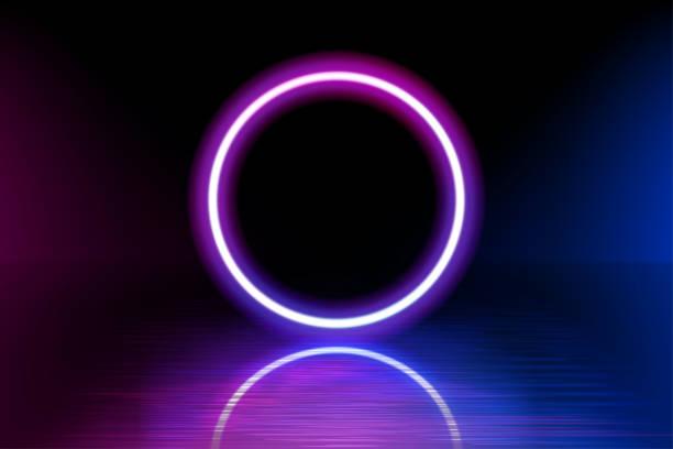 Neon Farbe geometrischen Kreis auf einem dunklen Hintergrund. Runde mystische Portal, leuchtende Linie, Neon-Zeichen. Reflektion von blauem und rosa Neonlicht auf dem Boden. Lichtstrahlen im Dunkeln. Vektor. – Vektorgrafik