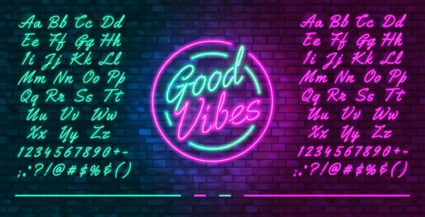 neonowa futurystyczna czcionka, świecące niebieskie i różowe wielkie i małe litery, kolorowy jasny neon ręcznie rysowany krój pisma, świecący znak dobre wibracje, ilustracja wektorowa - neon stock illustrations