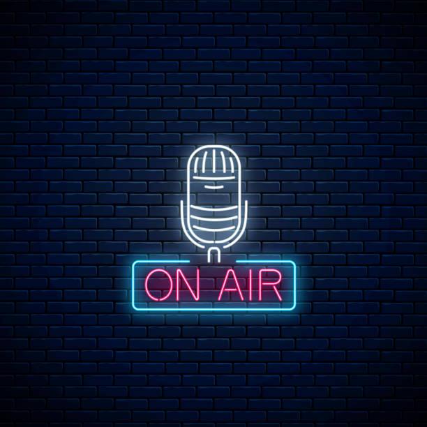 ilustrações, clipart, desenhos animados e ícones de néon no sinal de ar com o microfone no fundo escuro da parede de tijolo. quadro indicador de incandescência da estação de rádio. - ícones de festas e estações