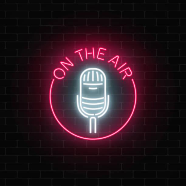 ilustrações, clipart, desenhos animados e ícones de néon sobre a tabuleta de ar com o microfone na frame redondo. café da noite com o ícone de música ao vivo. - ícones de festas e estações