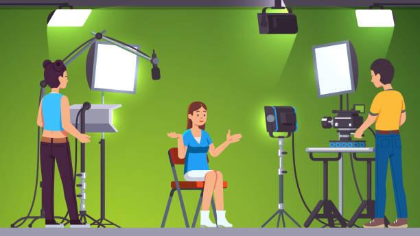nachrichten-tv-show live aufnahme & rundfunk in professionelle videoproduktion studio zimmer mit grünem hintergrund, beleuchtungsanlagen, scheinwerfer und kameras von kameraleuten schießen besatzung betrieben festgelegt. journalistin frau sprechen. flach - studio stock-grafiken, -clipart, -cartoons und -symbole