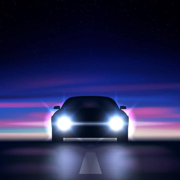 illustrations, cliparts, dessins animés et icônes de voiture de nuit avec des phares lumineux sur fond d'un ciel étoilé coloré, approchant le long d'une route sombre, la silhouette d'une voiture avec xénon et led phares, illustration vectorielle - voiture nuit