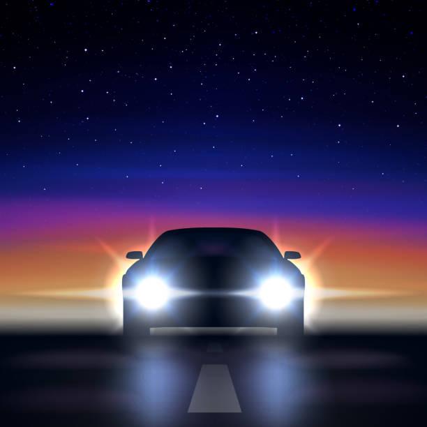 illustrations, cliparts, dessins animés et icônes de voiture de nuit avec les phares sur fond d'un ciel étoilé coloré, approchant le long d'une route sombre, la silhouette d'une voiture à la lumineuse xenon et led phares, illustration vectorielle - voiture nuit