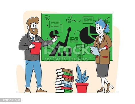 Escena de oficina con personajes de negocio. Seminario, Capacitador Dando Puesto de Consulta Financiera en Chalkboard con Datos