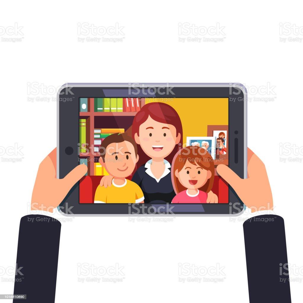Appel de conférence vidéo en ligne avec la mère et deux enfants. Mains tenant la tablette tactile. Plat style vecteur - Illustration vectorielle