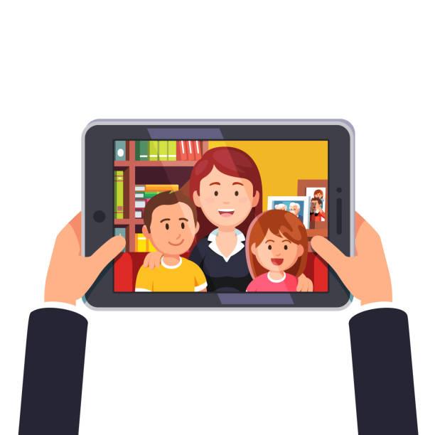 母と 2 人の子供とオンラインのビデオ会議通話。手をタブレット コンピューターを保持しています。フラット スタイルのベクトル - 家族写真点のイラスト素材/クリップアート素材/マンガ素材/アイコン素材