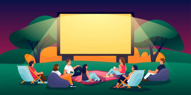 ilustrações, clipart, desenhos animados e ícones de cinema ao ar livre da noite no parque de verão. ilustração plana do desenho animado do vetor. povos que prestam atenção ao filme no cinema ao ar livre - exterior