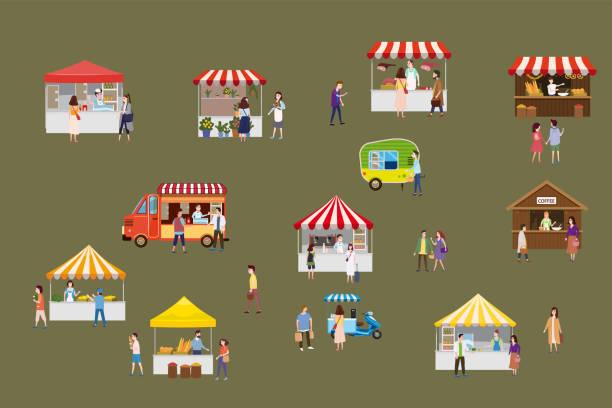 illustrazioni stock, clip art, cartoni animati e icone di tendenza di festival di street food all'aperto con piccole persone che camminano tra furgoni o ristoratori, baldacchino, comprano pasti, mangiano e bevono, si fanno selfie, parlano tra loro. coppie amorevoli, single, venditori, acquirenti. modello, volantino, baner, i - bancarella